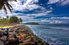 Praia rochosa [HDR] Imagens de Stock Royalty Free