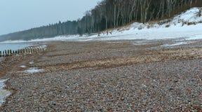 Praia rochosa larga do mar no inverno, costa de mar nas pedras imagem de stock royalty free