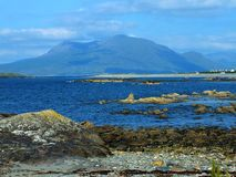 Praia rochosa morna de Connemara imagens de stock