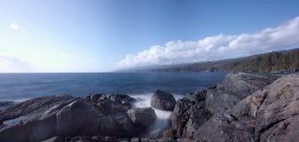 Praia rochosa na costa oeste do ` s de Canadá, Sooke, ilha de Vancôver, BC imagem de stock royalty free