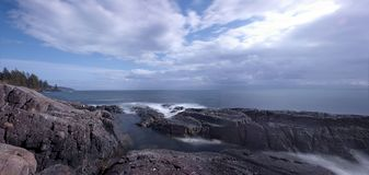 Praia rochosa na costa oeste do ` s de Canadá, Sooke, ilha de Vancôver, BC imagens de stock royalty free
