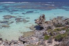 Praia rochosa na ilha de Rottnest, Austr?lia Ocidental, Austr?lia imagens de stock