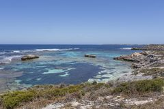 Praia rochosa na ilha de Rottnest, Austr?lia Ocidental, Austr?lia fotos de stock