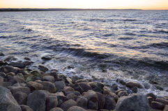 Praia rochosa na noite Imagens de Stock