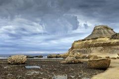 Praia rochosa no dia tormentoso Fotos de Stock