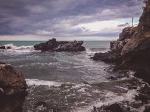 Praia rochosa no estado de Canterbury, ilha sul, Nova Zelândia fotografia de stock