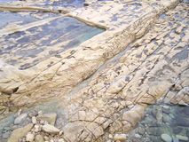 Praia rochosa pelo mar - detalhe de Brown - Malta Fotos de Stock Royalty Free