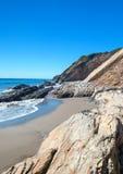 Praia rochosa perto de Goleta no parque estadual da praia de Gaviota na costa central de Califórnia EUA imagens de stock