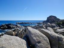 Praia rochosa, rochas, mar e céu azul Foto de Stock