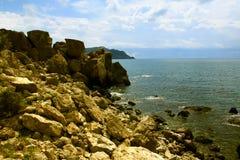 Praia rochoso Fotos de Stock