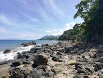 Praia rochoso na ilha tropical fotos de stock royalty free