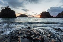 Praia secreta na costa de Oregon, hora azul fotografia de stock royalty free