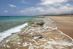 Praia selvagem bonita, areia pequena das rochas in fine, intacto com n imagens de stock