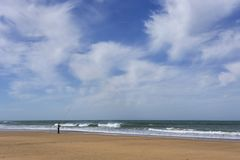 Praia selvagem típica em Tânger imagem de stock