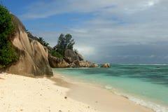 Praia Seychelles. La Digue do console. Imagens de Stock