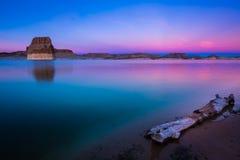 Praia solitária da rocha no por do sol Imagem de Stock Royalty Free