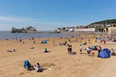 Praia Somerset da Weston-super-égua na luz do sol do verão com turistas e veraneantes Imagens de Stock Royalty Free