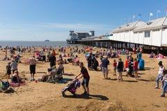 Praia Somerset da Weston-super-égua na luz do sol do verão com turistas e visitantes Imagens de Stock