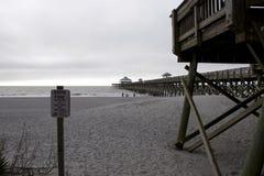 Praia South Carolina do insensatez, o 17 de fevereiro de 2018 - praia e passeio à beira mar com sinal para andar em dunas de arei Fotos de Stock Royalty Free