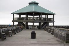 Praia South Carolina do insensatez, o 17 de fevereiro de 2018 - miradouro aumentado na extremidade do cais da pesca da praia do i Fotografia de Stock