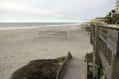 Praia South Carolina do insensatez, o 17 de fevereiro de 2018 - redes do voleibol na praia com o céu consideravelmente nublado Fotos de Stock