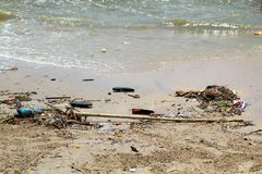 Praia suja em Tailândia imagens de stock royalty free