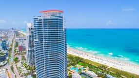 Praia sul, Miami Beach florida Silhueta do homem de negócio Cowering imagens de stock