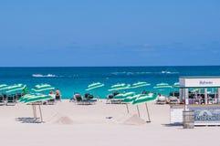 Praia sul, Miami, EUA Os povos apreciam na praia sul em Miami fotografia de stock