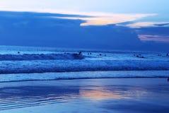 Praia surfando Indonésia do kuta imagens de stock