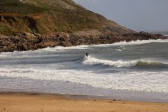 Praia surfando popular em Gower, Swansea, Gales fotos de stock