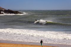 Praia surfando popular em Gower, Swansea, Gales imagens de stock