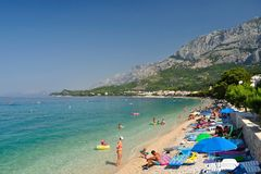 Praia surpreendente com os povos em Tucepi, Croácia Foto de Stock