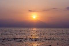 Praia surpreendente de Tailândia do formulário do por do sol Foto de Stock Royalty Free