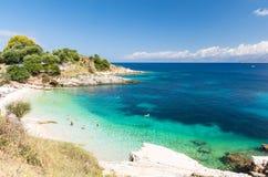 Praia surpreendente em Kassiopi na ilha de Corfu, Grécia imagem de stock