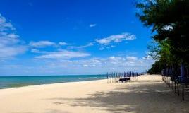 Praia Tailândia do céu azul Imagem de Stock Royalty Free
