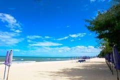 Praia Tailândia do céu azul Foto de Stock Royalty Free