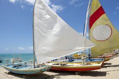 Praia tradicional do brasileiro dos veleiros de Jangada imagens de stock royalty free