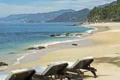 Praia tranquilo com cadeiras de sala de estar Fotos de Stock Royalty Free