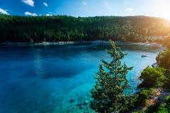 Praia tranquilo e idílico de Foki com água claro e transparente, luz bonita do por do sol, Kefalonia, ilhas Ionian, imagens de stock