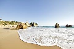 Praia Tres Irmaos dans Alvor Portugal Photos stock