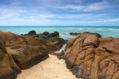 Praia tropical bonita. Imagens de Stock