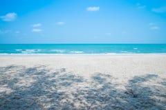Praia tropical bonita com dia ensolarado de céu azul - brisa do verão imagem de stock royalty free