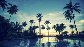 Praia tropical bonita do mar após o por do sol Imagem de Stock
