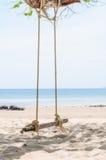 Praia tropical bonita e do balanço Imagem de Stock Royalty Free