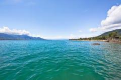Praia tropical bonita em uma ilha fotos de stock royalty free
