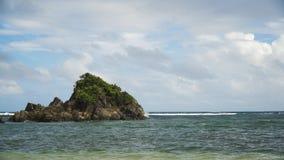 Praia tropical, céu azul, nuvens Catanduanes, Filipinas Fotos de Stock