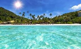 Praia tropical com águas de turquesa Imagem de Stock