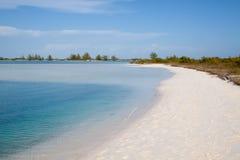Praia tropical com areia branca Fotos de Stock