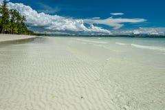 Praia tropical com as palmeiras em Filipinas Fotos de Stock Royalty Free