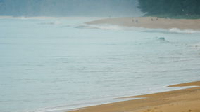 Praia tropical com espirro de ondas vídeos de arquivo